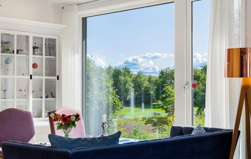 Utsikt til Sommerfugldammen, grøntarealer og fuglereservat. Kort gange til flere badestrender, nærmeste er Koksabukta badestrand.