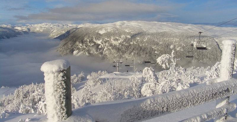 Gaustablikkekspressen med Rjukandalen og Hardangervidda i bakgrunnen. Foto Gaustablikk skisenter