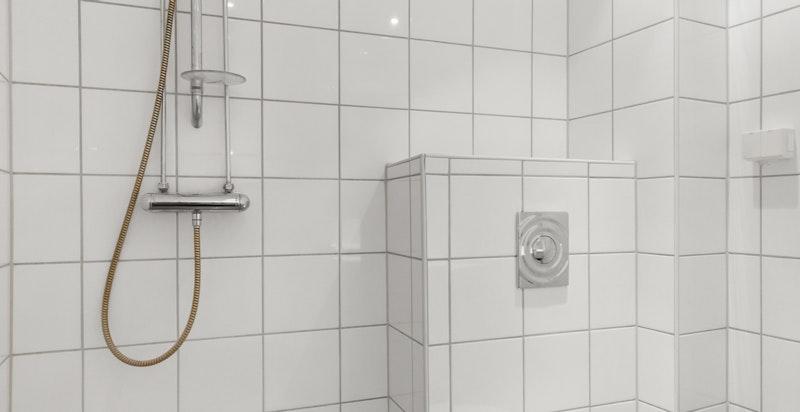 Det er opplegg for vaskemaskin. Vann- og avløpsledningene ble fornyet i 2004 i forbindelse med våtromsrehabiliteringen.
