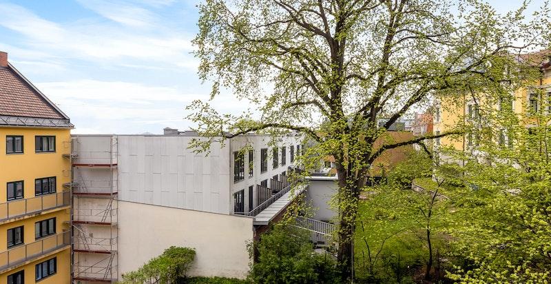 Fra balkongen er det pent utsyn mot parkmessig opparbeidet fellesareal.