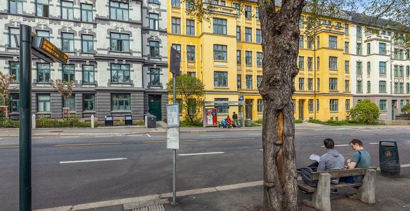 Området har et godt utvalg av offentlig kommunikasjon via buss og trikk. Nærmeste holdeplass er Falck Ytters plass i Waldemar Thranes Gate, som ligger ca. 150 meter fra boligen.