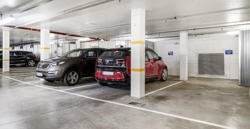 Garasjeplass tilhører. Direkte heisadkomst opp til leilighetens plan.