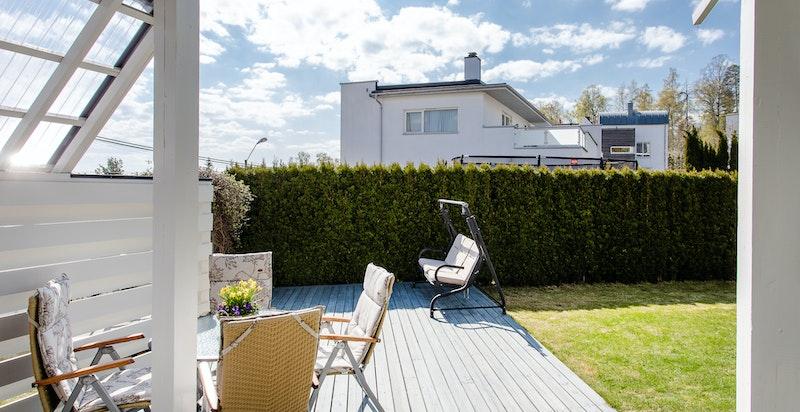 Stor solrik terrasse, ny i 2012, med god plass for sittegrupper og grill.