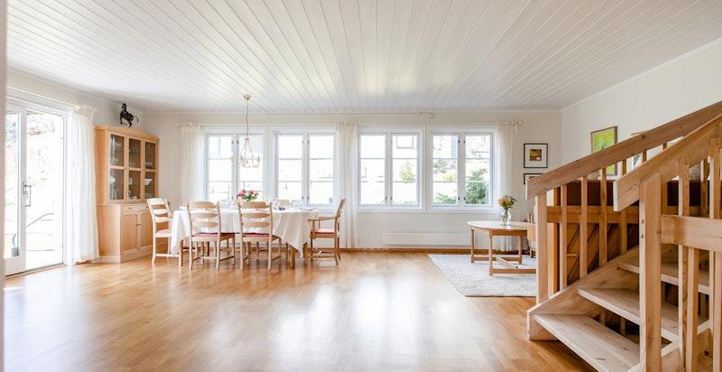 Stuen har mange vindusflater som slipper mye naturlig lys inn, samt god plass til både sofagruppe og spisegruppe