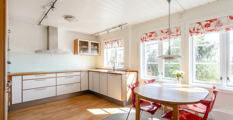 God skap- og benkeplass og plass til frokostbord. Markise over stort, dobbelt kjøkkenvindu, ny i 2012.