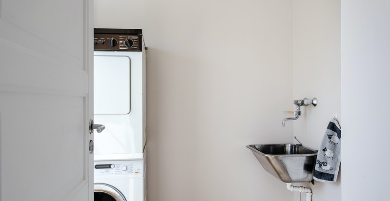 Vaskerommet har skyllekum og opplegg for vaskesøyle. Fra vaskerommet er det videre adkomst til bod