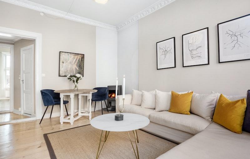 Lys, luftig stue med god takhøyde