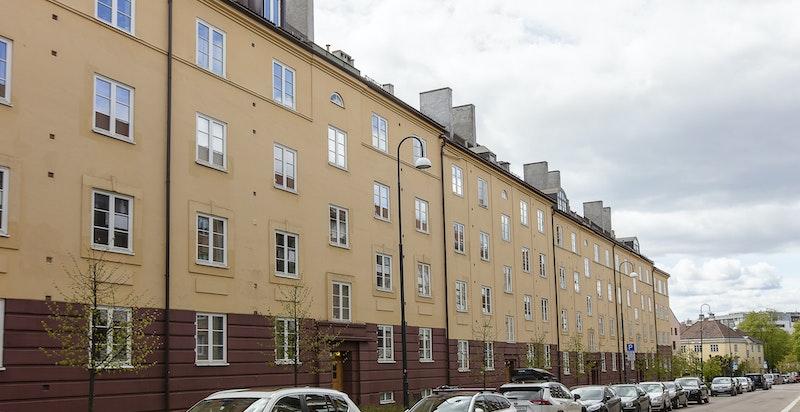 Fasade ut mot stille og rolig gate med beboerparkering.