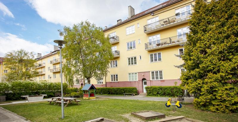 Vøyenløkka borettslaget er kjent for sine flotte uteplasser - grønne plener, beplantning, flere griller og hyggelige sittegrupper.