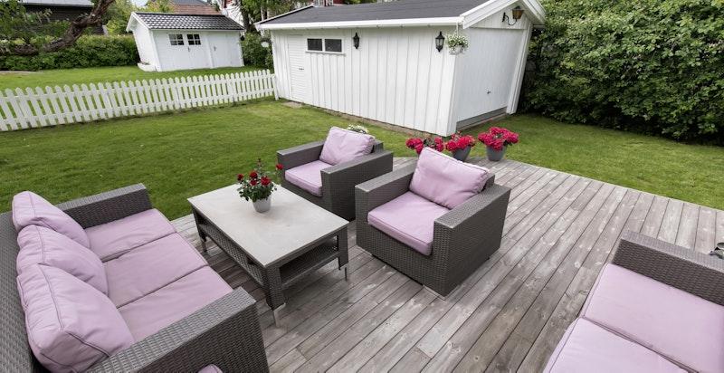 Stor terrasse med adkomst til hagen