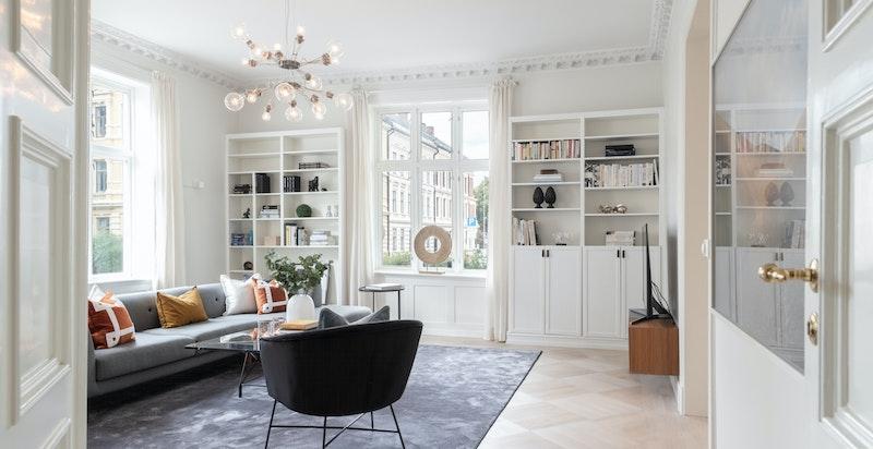 Stor og lys stue med vinduer til to himmelretninger som gir deilig lys hele dagen