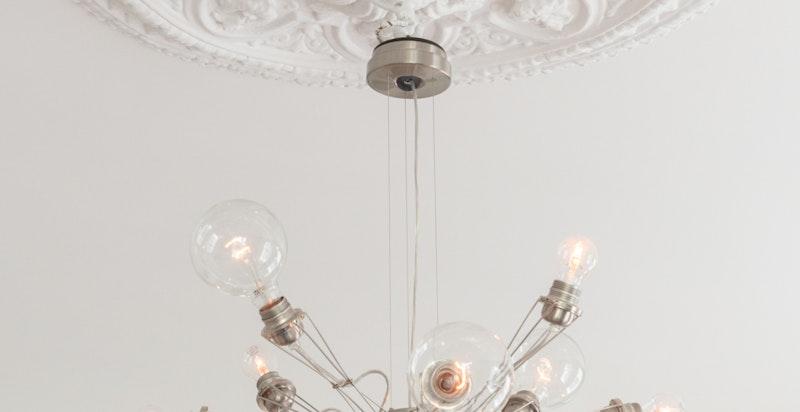 Klassisk detalj (lampen medfølger ikke)