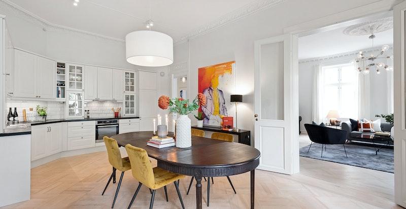 Herlig romslig spisekjøkken med god plass til stort spisebord og stor kjøkkeninnredning med mye skap- og benkeplass