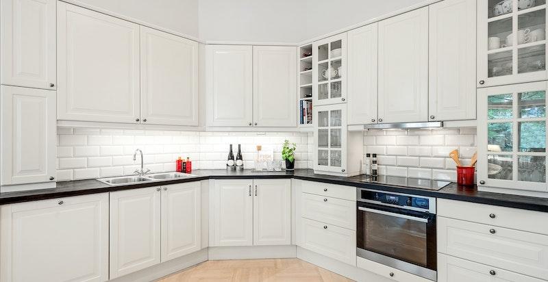 Pen innholdsrik kjøkkeninnredning med diverse integrerte hvitevarer