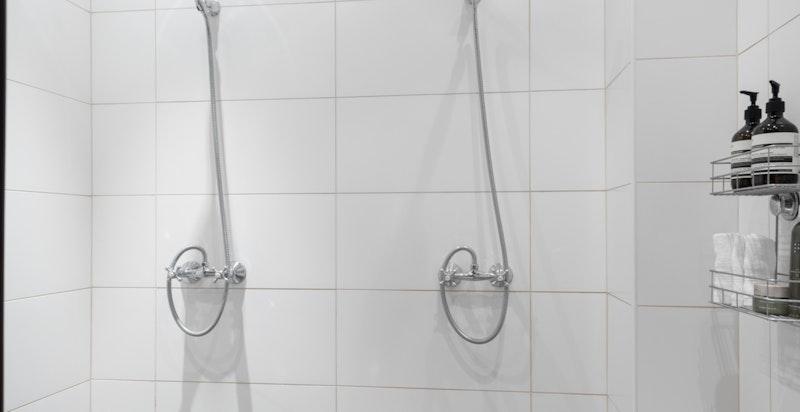 Delikat hovedbad med dobbeldusj og dobbel servant. Klassisk og hyggelig innredet