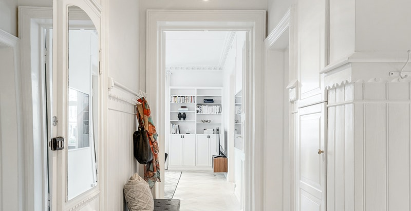 Hall med garderobeplass