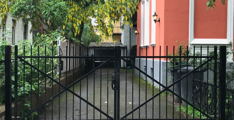 Hagen og eiendommen er inngjerdet med låsbar port - barnevennlig for småbarnsfamilier og praktisk for familier med husdyr