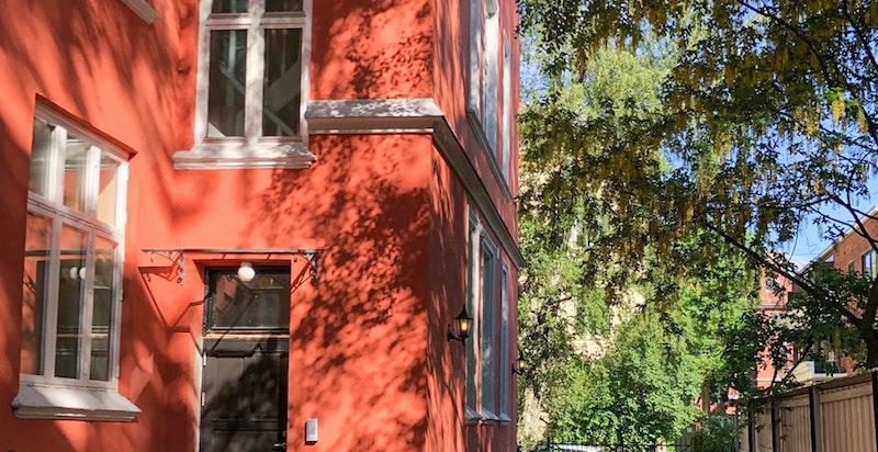 Dør ut til hagen og bakgården via felles baktrapp - direkte ut fra leiligheten