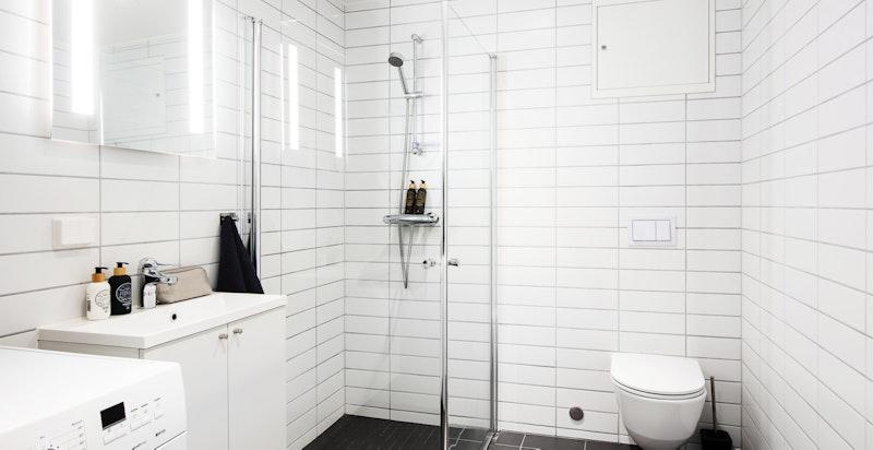 Romslig bad som er flislagt og oppvarmet med varmekabler i gulv.
