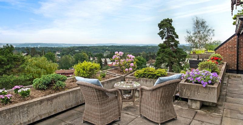 Stor terrasse med flott utsikt