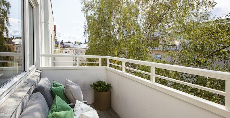 Leiligheten ligger høyt og fritt til i 5. etasje, og balkongen har begrenset med innsyn fra naboer,