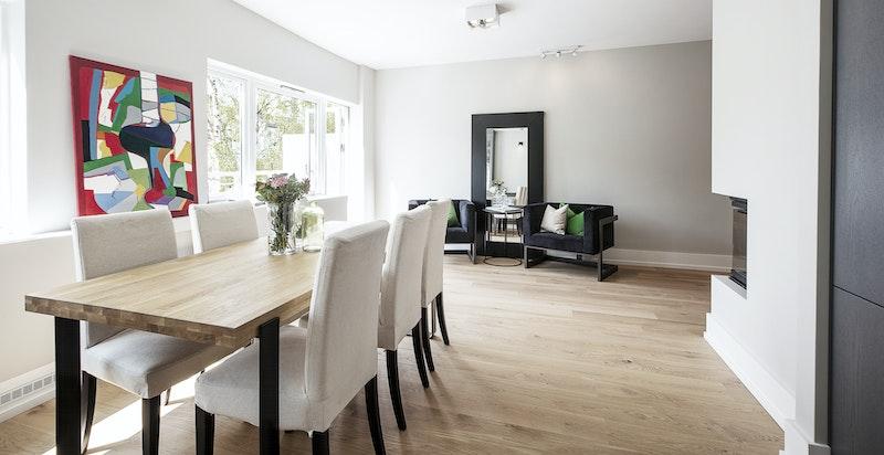 Stuen har rikelig med plass til sofagruppe og spisebord.