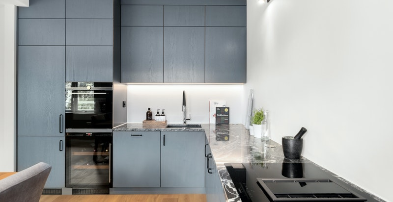 Kjøkkenet her helt nytt og med snekkertilpasset innredning.