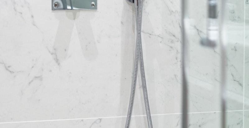 Nyoppusset bad med integrert dusj i himling hvor rørene er skjult.
