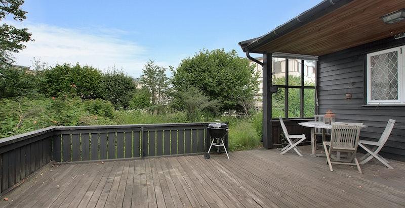 Stor terrasse med utgang fra stue og hovedsoverom