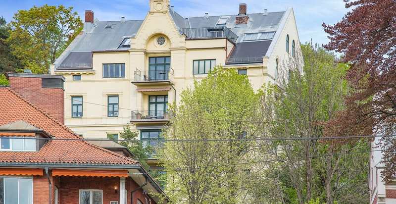Fasade sett fra Skarpsnoparken - flott murgård fra 1893 beliggende øverst i Tostrup terrasse