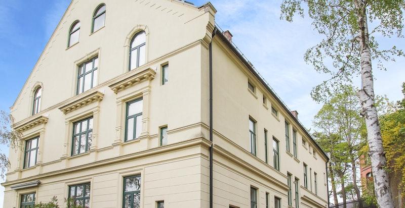 Fasade fra Tostrup terrasse - leiligheten utgjør hele toppetasjen i bygården