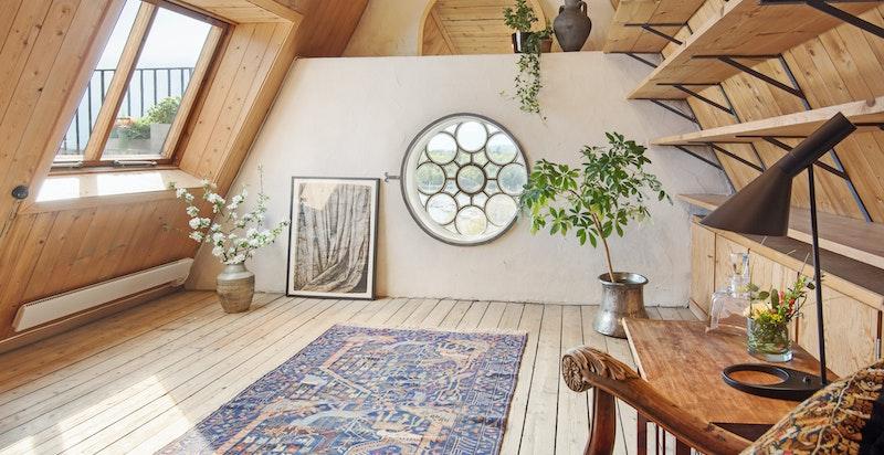Soverom med vakkert vindu og fjordutsikt (takterrassen til venstre)