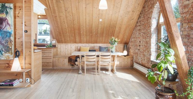 Spiseplass i stuen i naturlig tilknytning til kjøkkenet