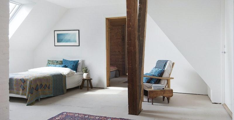 Soverom (alternativt ekstra stue eller kontor) - med gipsplater på underlag, klargjort for nytt gulv på overflate etter kjøpers eget ønske