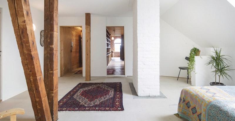Soverommet har adkomst til eget bad og er i 2019 oppgradert iht. branntekniske krav