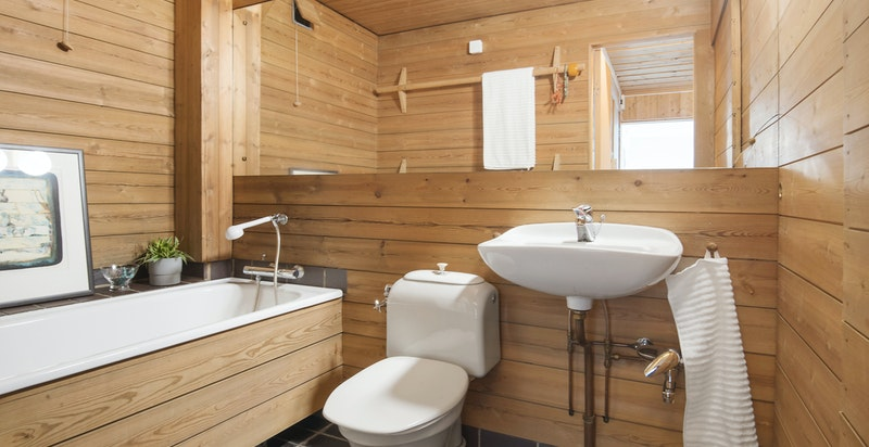 Boligen har to bad - begge tegnet av ark. Wenche Selmer