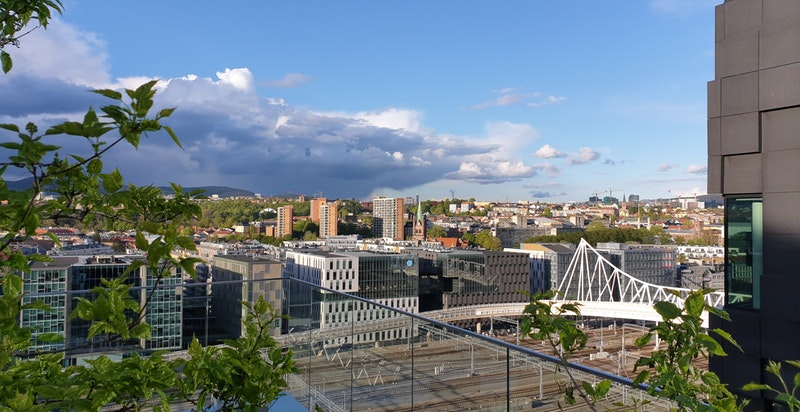 Utsikt mot Nordenga bru fra takterrassen i 14. etasje.