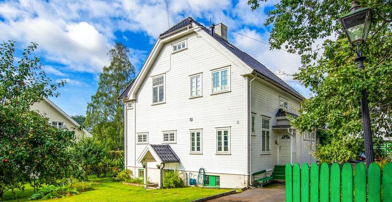 Innkjøring til eiendommen med den koselige hagen og nedgang kjeller