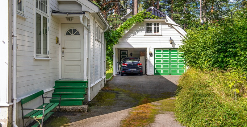 Mot bi inngang og garasje pluss carport