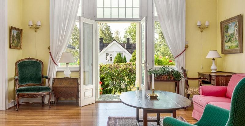 Fra stuen ut mot den overbyggete verandaen og hagen