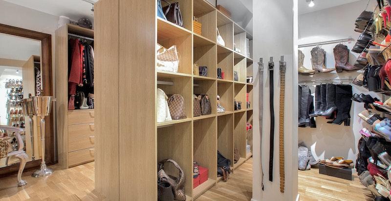Svært lekkert innredet garderobe