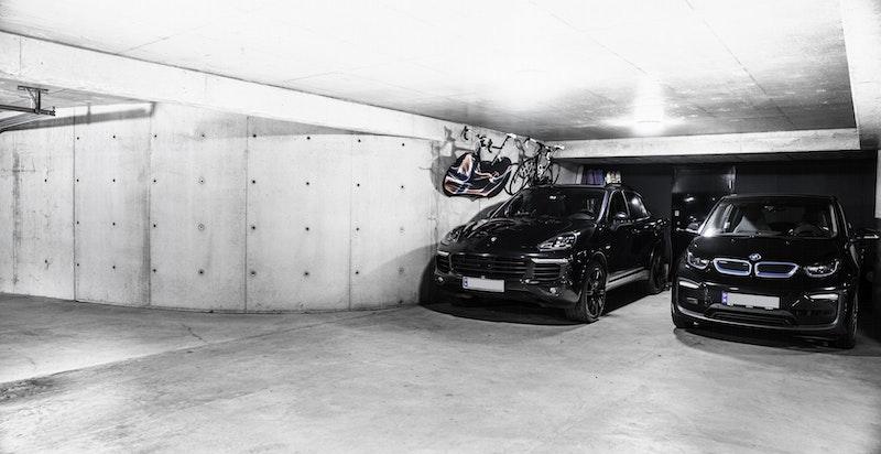 Det medfølger to garasjeplasser i lukket anlegg