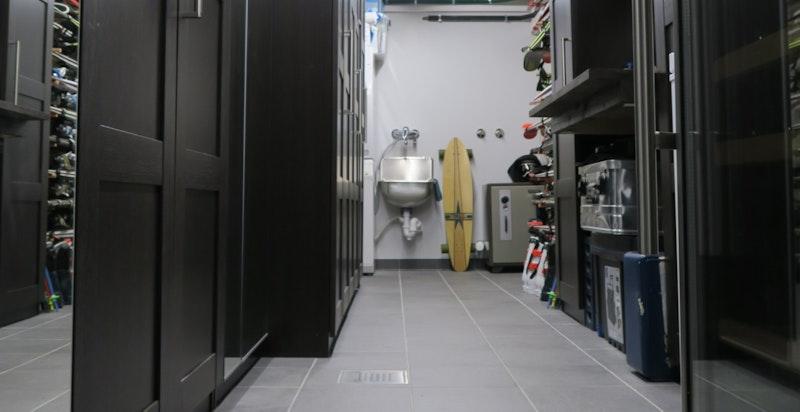 Flislagt sportsbod med varmekabler, opplegg for vaskesøyle, smørebenk og diverse innredning