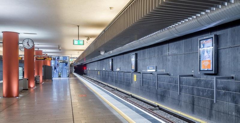 Nydalen T-bane ligger kun et par minutters gange unna med jenvlige avganger i store deler av døgnet med linje 4 og 5.