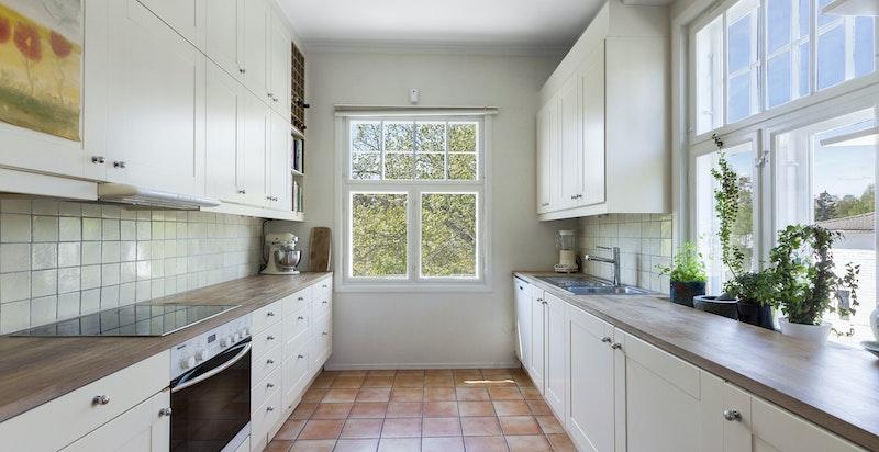 Kjøkkeninnredning med god skap- og benkeplass