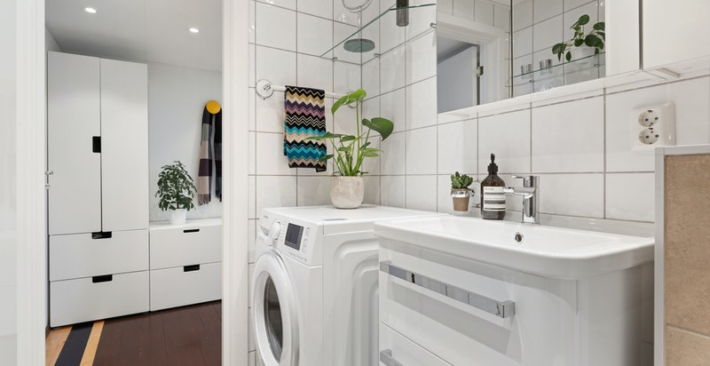 Her er det plass til både vaskemaskin og tørketrommel