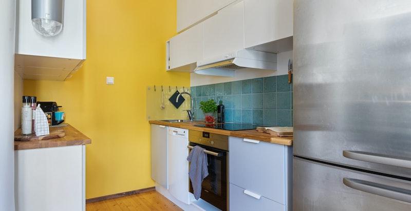 Kjøkkenet har oppvaskmaskin, samt godt med benke- og oppbevaringsplass