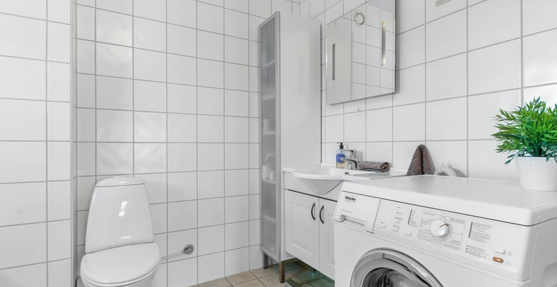 Delikat flislagt bad/wc med adkomst fra hovedsoverommet