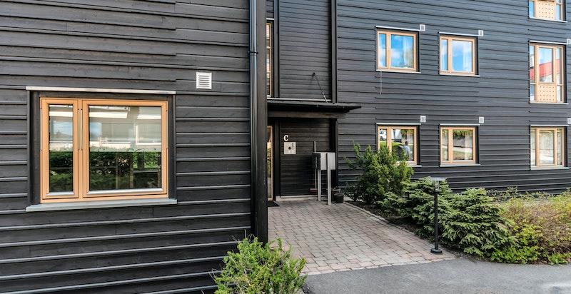 Beliggende i et veletablert og rolig boligområde hovedsakelig bestående av villa- og småhusbebyggelse