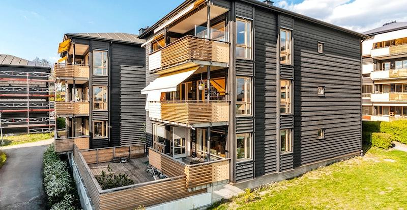 Bebyggelsen i sameiet består av 5 boligblokker oppført i 2001, med to romslige leiligheter per etasje i hver boligblokk, samt felles underjordisk garasjeanlegg